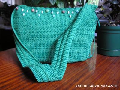 Описание со схемой как связать спицами модную сумку, перчатки и шарф.