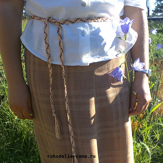 Плетеный пояс из разноцветных нитей