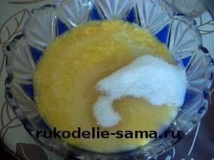 смешиваем сахарный песок и молотый апельсин