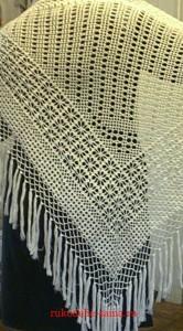 шаль связана крючком филейным вязанием