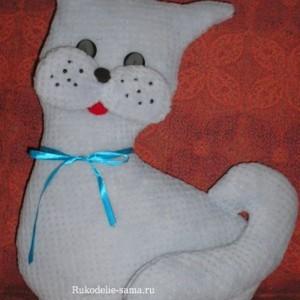 Декоративная подушка в виде кота с бантиком