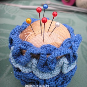 Игольница из голубых ниток связана крючком