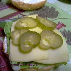 Консервированные огурцы в гамбургере