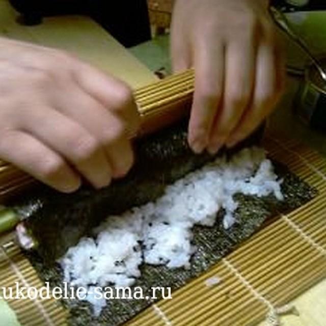 Закручивание листа водорослей с начинкой