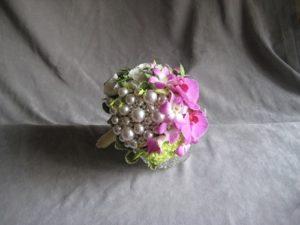 букет из цветов и бусин