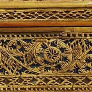 фрагмент резьбы на шкатулке из бересты