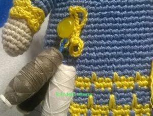 катушки с нитками на кукле